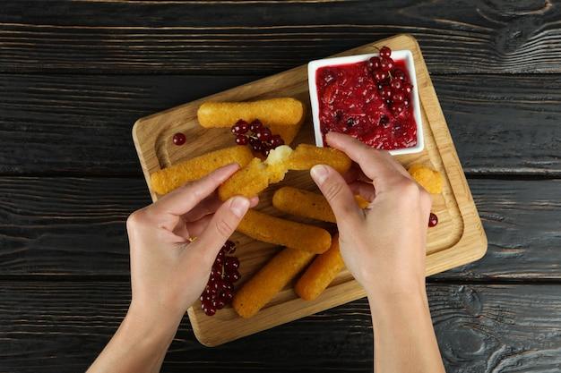 Концепция еды сырных палочек на деревенском деревянном столе, вид сверху