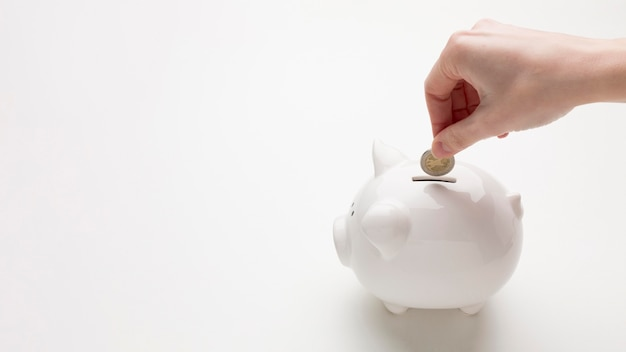 貯金箱とお金で経済の概念