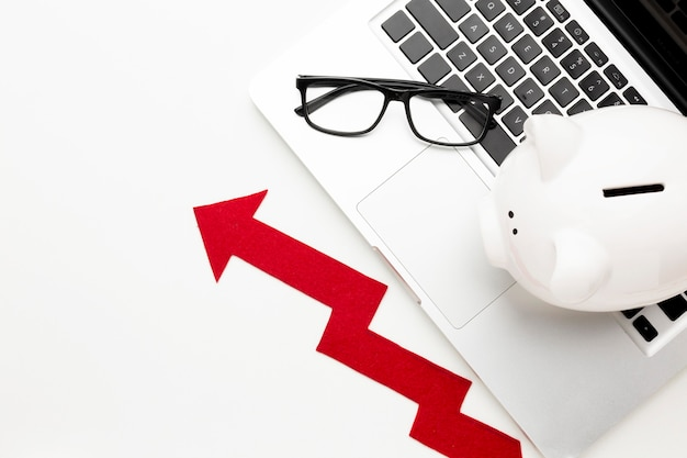 貯金箱の矢印で経済の概念