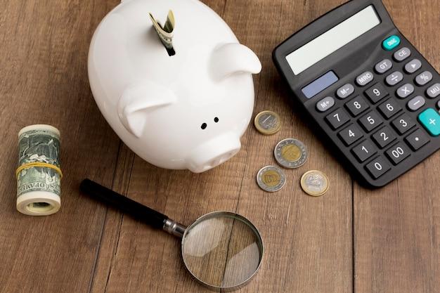 貯金箱の高いビューを持つ経済の概念