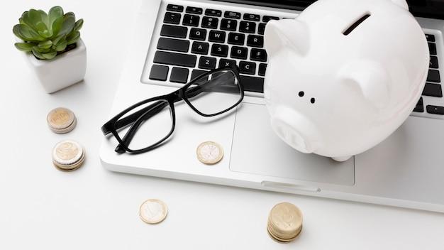 ラップトップ上の貯金箱と経済の概念