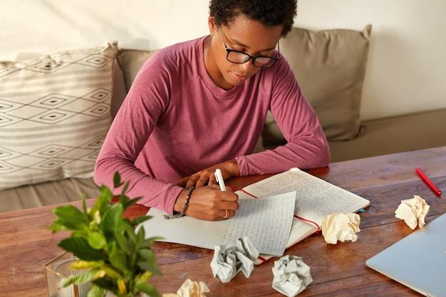 교육 및 학습의 개념. 전문 엔지니어 또는 arhitect의 자른 이미지가 책상에 씁니다.