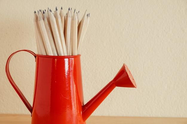 教育や学校に戻るの概念木製の背景のテーブルに鉛筆