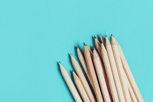 教育の概念フィルタ効果を持つテーブルで鉛筆レトロヴィンテージスタイル