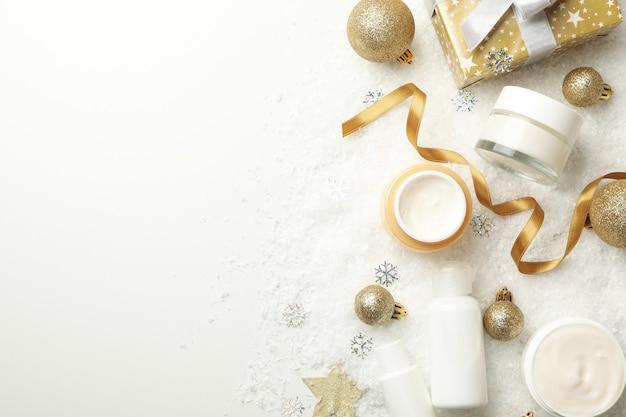 装飾的な雪の背景に化粧品とフェイスケアの概念