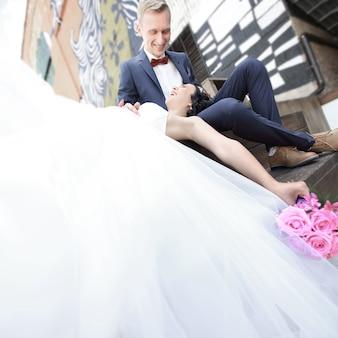 Концепция семейного счастья. красивая невеста и жених. фотография с копией пространства