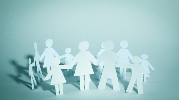 Концепция семейного счастья группы бумажных человечков