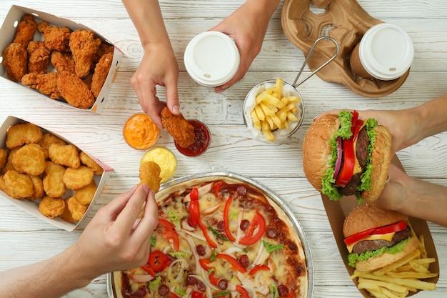 Концепция быстрого питания на белом деревянном столе