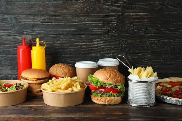 Концепция быстрого питания на деревянном столе