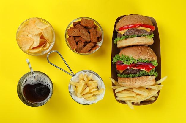 Концепция быстрого питания на желтом фоне