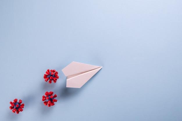 ハエの危険性の概念。紙飛行機とcovid-19ウイルスのモデル
