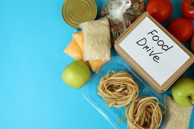 Концепция привода еды с едой на синем фоне