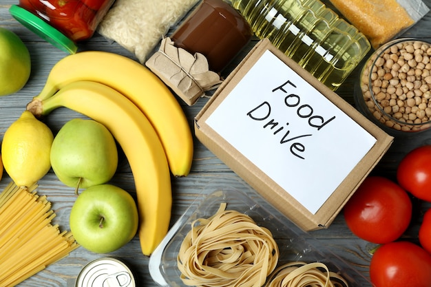木製のテーブルで食事とフードドライブの概念