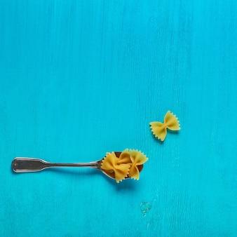 Концепция еды, макароны на синем фоне
