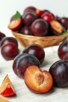 Концепция фруктов со сливами, крупным планом и выборочный фокус.