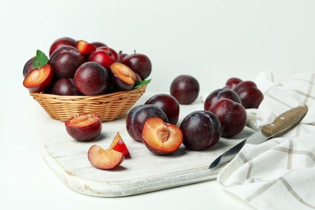 Понятие о фруктах со сливами на белом фоне.