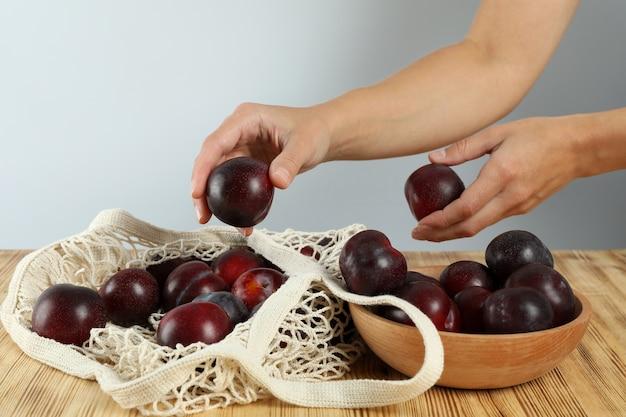 Понятие о фруктах со сливами на деревянном столе.
