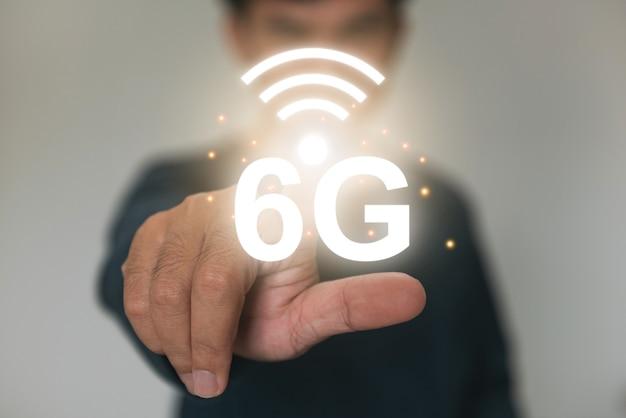 Концепция будущей технологии сети 6g. беспроводные системы и интернет вещей на виртуальном экране.