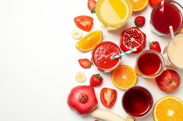 白地に異なるジュースとグラスの概念