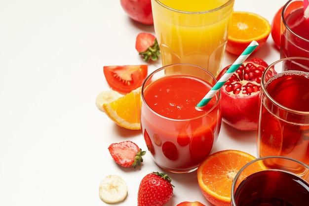 白のさまざまなジュースとグラスの概念