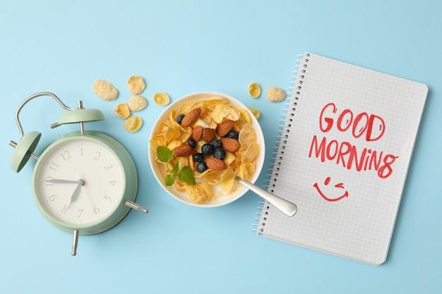 파란색 배경에 muesli와 함께 좋은 아침의 개념