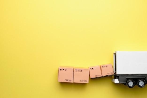 발송을 위해 택배 회사의 트럭을 적재하는 상품의 개념.