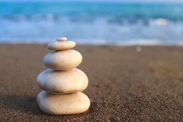 Концепция гармонии, стабильности, жизненного баланса, релаксации и медитации с камнями