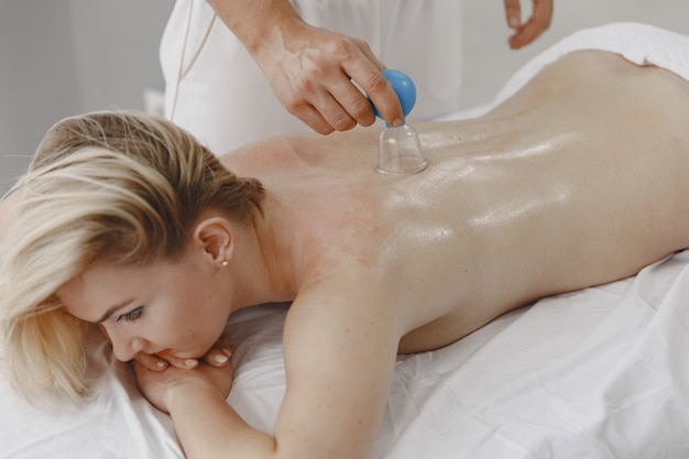 ヘルスケアと女性の美しさの概念。マッサージ師は女の子のマッサージをします。スパサロンの女性。