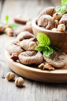 イチジクとナッツの健康的なデザートのコンセプト