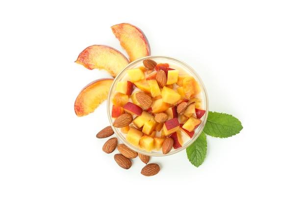 Концепция здорового питания с персиковым йогуртом, изолированные на белом фоне