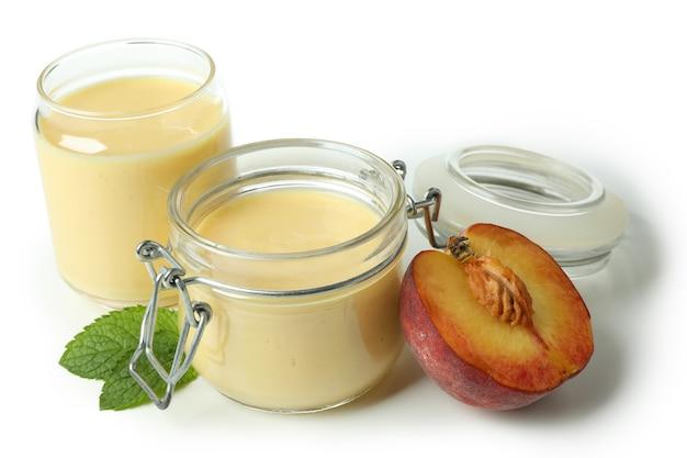 白い背景で隔離の桃のヨーグルトと健康食品の概念