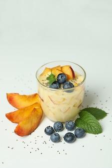 白い背景の上の桃のヨーグルトと健康食品の概念