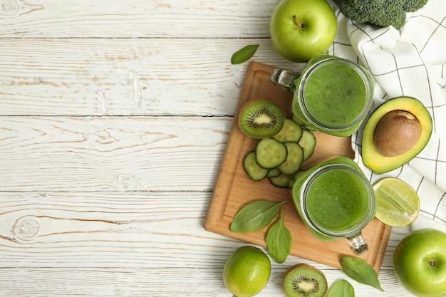 スムージー、野菜、果物木製のテーブルで健康食品の概念