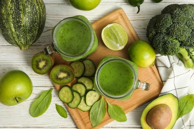 木製のテーブルにスムージー、野菜、果物と健康食品の概念