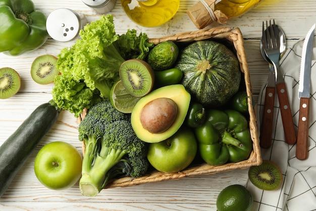野菜と果物の白い木製のテーブルで健康食品の概念