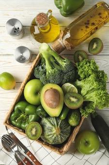 Концепция здорового питания с овощами и фруктами на белом деревянном столе