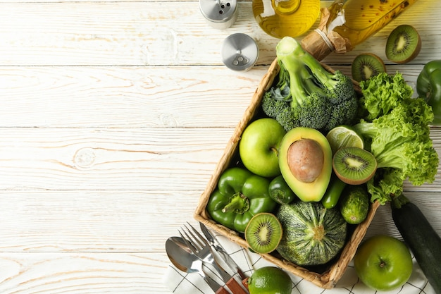 白い木製のテーブルに野菜や果物と健康食品の概念