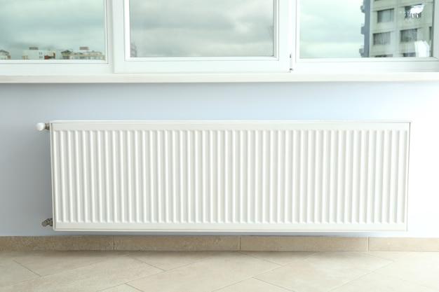 ラジエーターで屋内の暖房シーズンの概念。