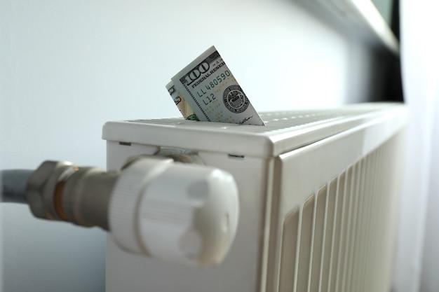 暖房ラジエーターの紙幣による暖房シーズンの概念。