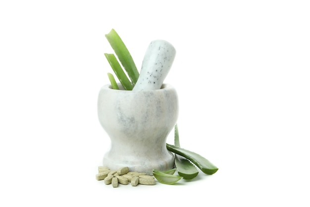 Концепция травяных таблеток с алоэ, изолированные на белом фоне