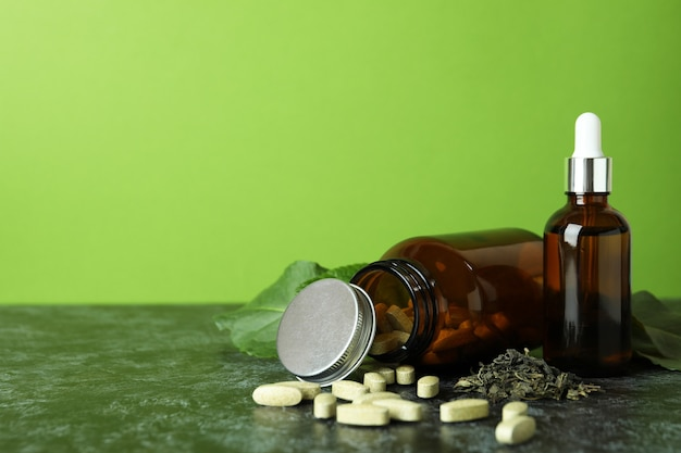 Концепция таблеток фитотерапии на черном дымчатом столе, место для текста