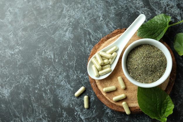 Концепция таблеток фитотерапии на черном дымчатом