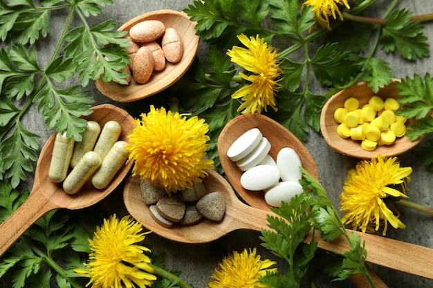Понятие о таблетках травяной медицины на сером текстурированном, крупным планом