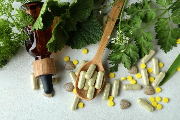 白いテクスチャテーブル、上面図のハーブ薬の丸薬の概念