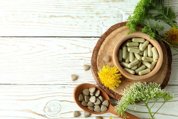 Понятие о таблетках фитотерапии на белом деревянном столе