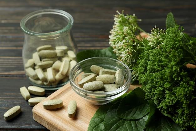 Понятие о таблетках фитотерапии на деревянном столе, крупным планом