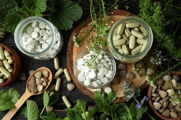 木製のテーブル、上面図のハーブ薬の丸薬の概念