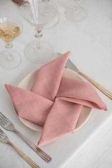 분홍색 린넨 냅킨을 사용한 가정 장식의 개념, 선택적 초점