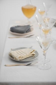 Концепция домашнего декора с белыми льняными салфетками, выборочный фокус