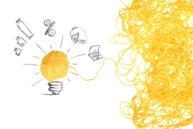 Концепция идеи и инновации с клубком шерстяной пряжи Premium Фотографии